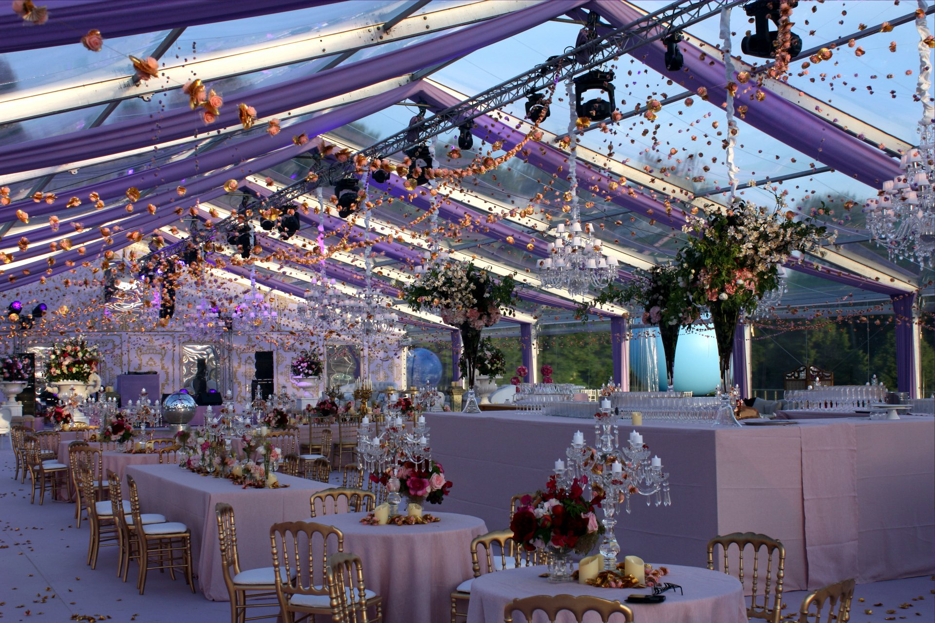 structure-mariage-luxe-tente-fleurs